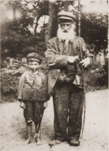 Image of An elderly wanderer and his grandson en route between Warsaw and Otwock