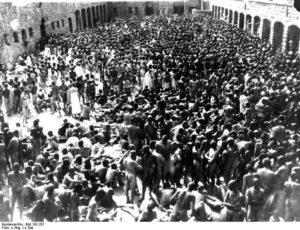 Image of KZ Mauthausen, Häftlinge bei der Desinfektion