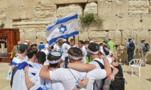 Image of MOTL teens at the Kotel for Israeli Independence Day